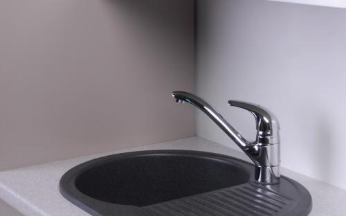 Гранитная мойка для кухни Fancy Marble Yuta 620x470x190 (Черная)
